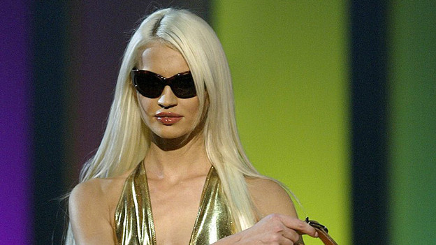 Eine Blondine auf dem Laufsteg.
