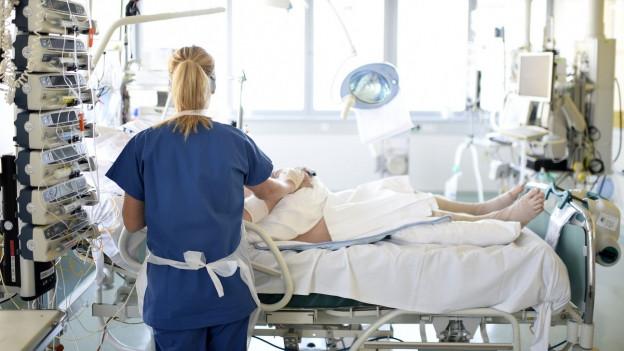 Krankenschwester am Patientenbett.