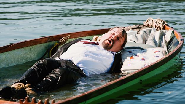 Luc Conrad in einem Boot voller Wasser.