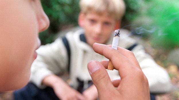 Kinder rauchend.