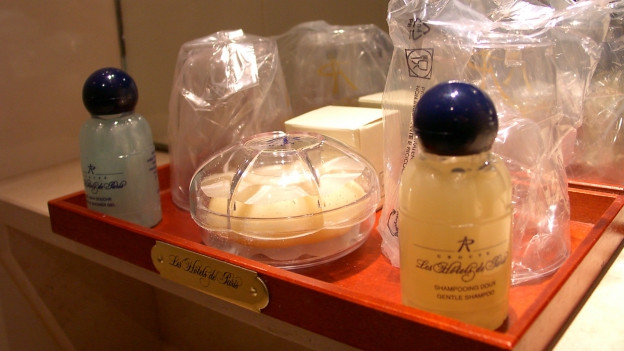 Toilettenset in einem Hotel mit Seife und Shampoo-Fläschchen.