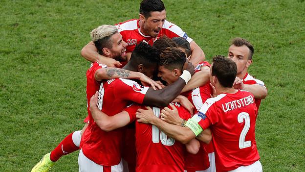 Schweizer Natispieler feiern einen Treffer.