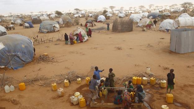 Flüchtlinge im Lager Dabaab in Kenia holen Wasser