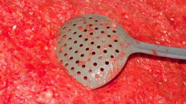 Kochlöffel in Tomatensauce.