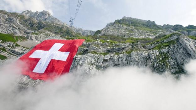 Die Schweizerfahne hängt gross am Säntis