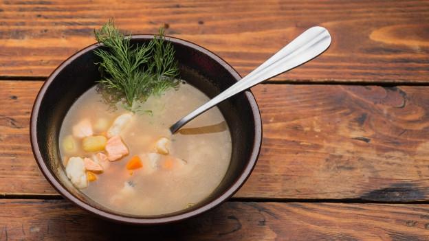 Teller mit Suppe.