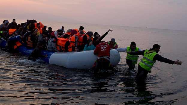 Ein Boot mit Flüchtlingen landet auf Lesbos.