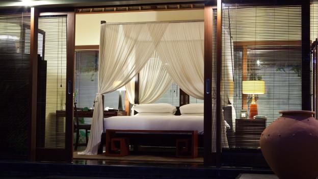 Hotelzimmer bei Nacht mit einem Bett