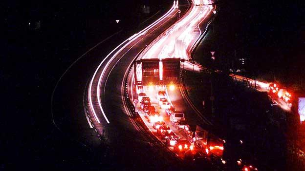 Autobahn bei Nacht.