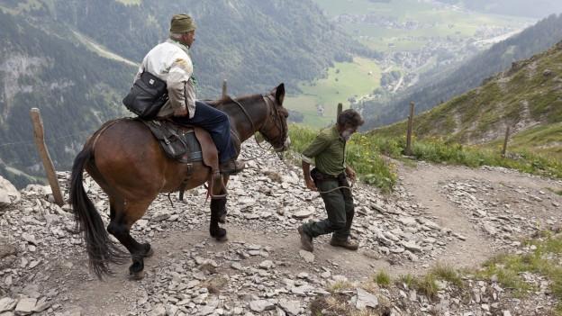 Ein 83-jähriger Rentner geniesst auf dem Rücken eines Maultiers den beschwerlichen Abstieg von der Rugghubelhütte des SAC nach Engelberg