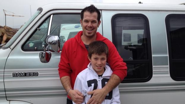 Thom Bernard mit Sohn Livio vor einem Van