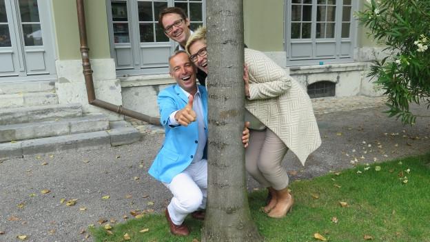 Danie Fohrler posiert mit seinen Gästen Beatrice Simon und Gabriel Arnold.