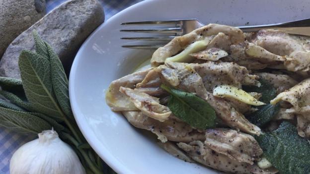 GezupftePoulet-Stücklein mariniert mit Olivenöl, Salbei und Knoblauch.