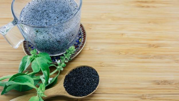 Basilikumsamen auf Löffel, quellend im Glas und als Pflanze