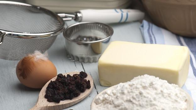 Schüssel mit Mehl und anderen Backzutaten auf Küchentisch