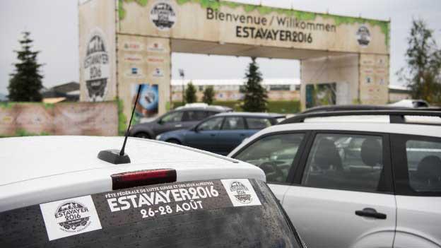 Autos stehen vor dem Eingangstor zum ESAF-Festgelände.