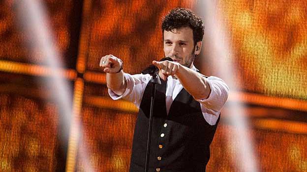 Der Schweizer Sänger Sebalter auf der Bühne am Pfeifen.