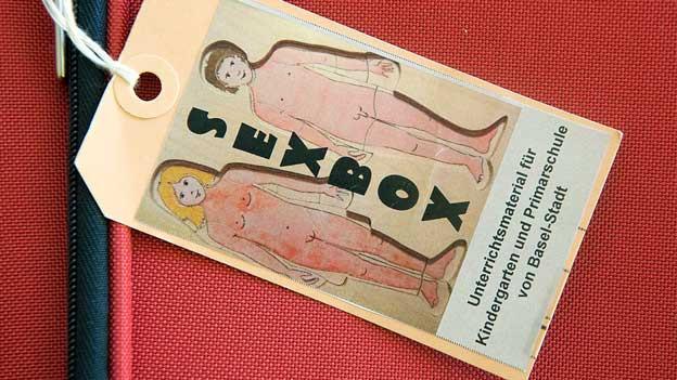 Auf einer Etikette steht «Sexbox».