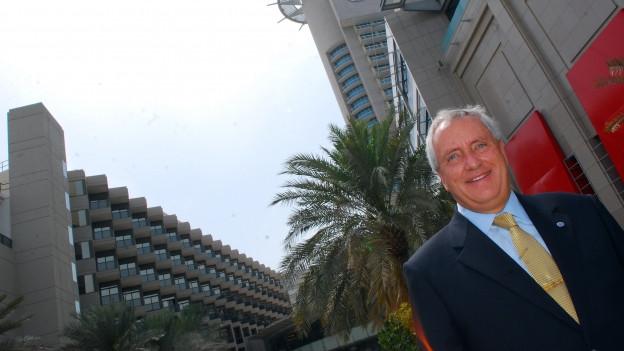 Jörg Hauri vor dem Beach Rotana in Abu Dhabi
