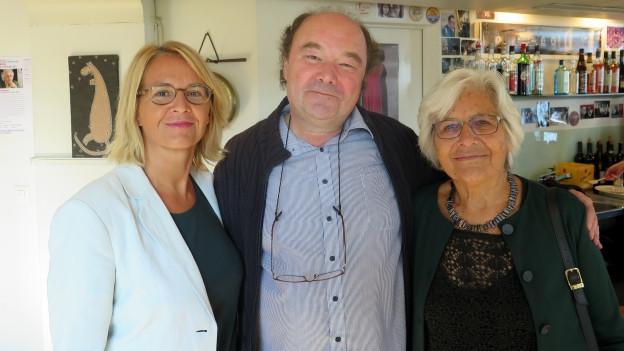 Sonja Hasler mit Rosmarie Zapfl und Kamil Krejci.