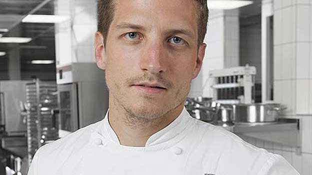 Thomas Bissegger posiert in der Küche.