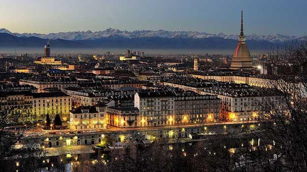 Blick auf Turin in der Dämmerung.