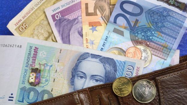 D-Mark und Euro in Geldbörse.