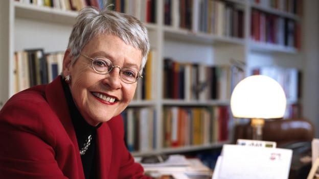 Die Zürcher Publizistin Klara Obermüller posiert anlässlich der Veröffentlichung ihres neuen Buches.
