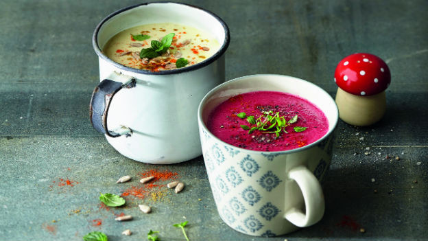 Zwei Tassen mit Suppe drin.