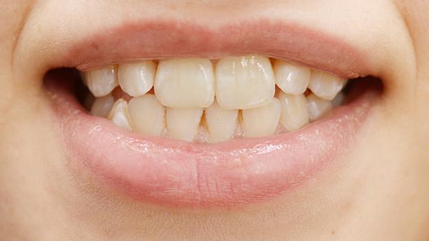 Lächelnder Frauenmund, Zähne.