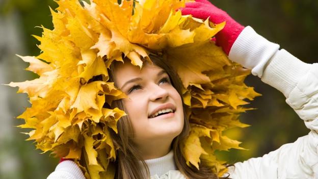 Frau mit Blätterhut.