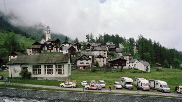 Blick auf die Häuser der Gemeinde Bosco Gurin, in der im Winter die Sonne nie scheint.