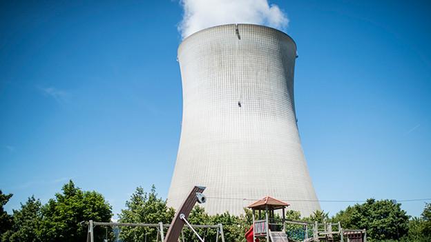 Atomkraftwerk hinter Spielplatz.