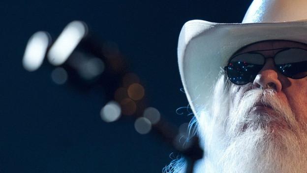 Porträt von Leon Russell. Mann mit Hut und weissem Bart.