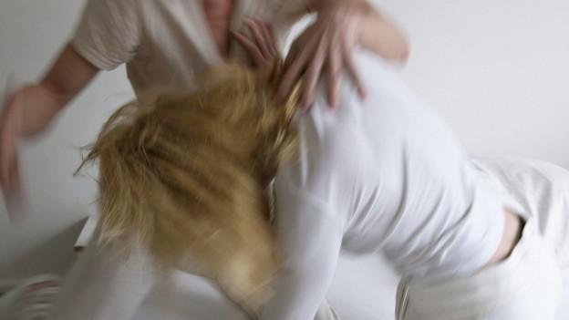 Eine Frau wehrt sich gegen den Angriff eines Mannes.