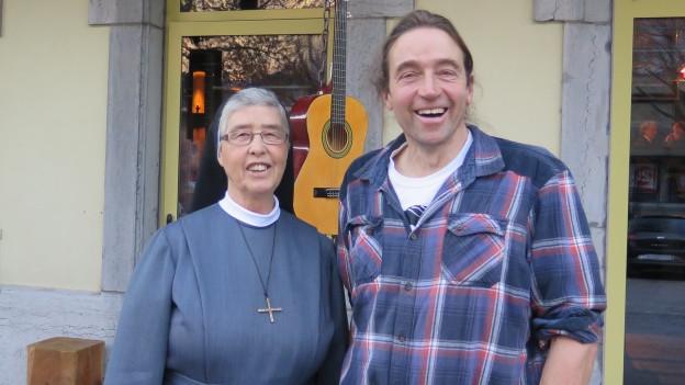 Präfektin Johanna Meichtry und Yak-Züchter Daniel Wismer posieren für ein Foto.