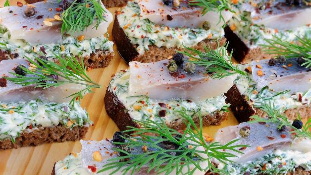 Belegte Brote mit Lachs und Dill.