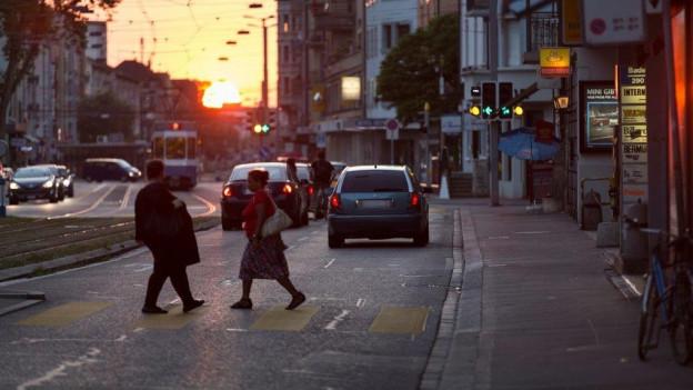 Wer Lichtrefletoren trägt, erhöt die Sicherheit im Strassenverkehr.