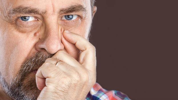 Ein Mann mit etwas hängenden Augenlidern.