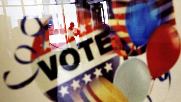 Auf einem Plakat steht «Vote».