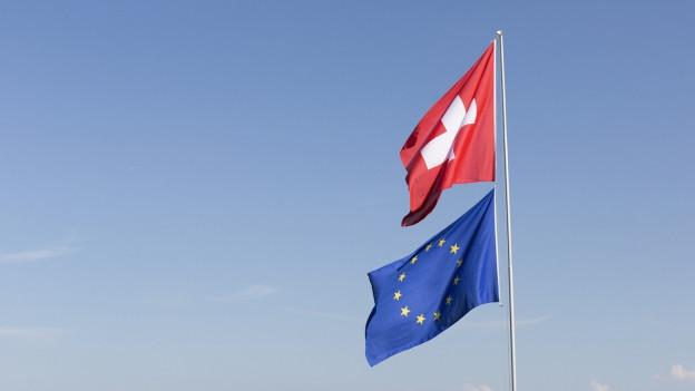 EU- und Schweizer Flagge.