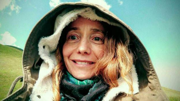 Brigitte Renz posiert mit Kapuze.
