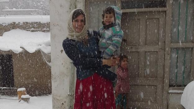 Katja Hillebrand im Schnee mit ihrem Sohn. Hier in Afgahnistan.