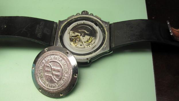 Eine gefälschte Uhr liegt auf dem Tisch.