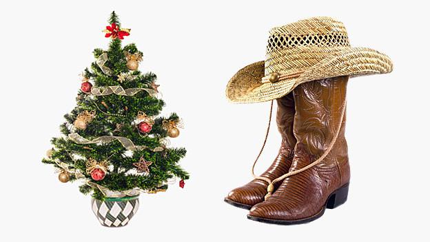 Ein Weihnachtsbraum steht neben County-Boots und einem Cowboyhut.