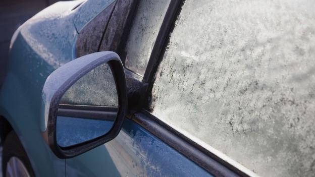 Ein Auto mit vereisten Scheiben