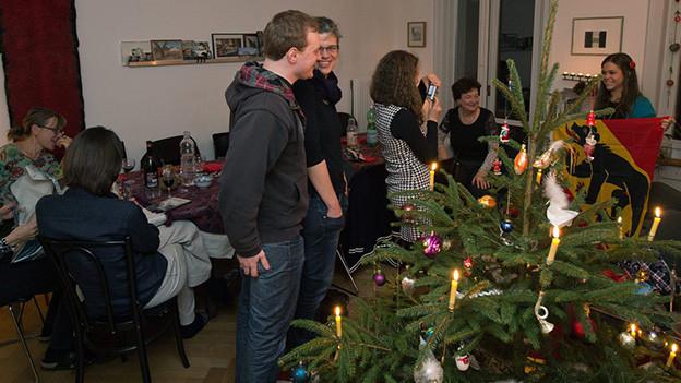 Familie beim Weihnachtsfest.