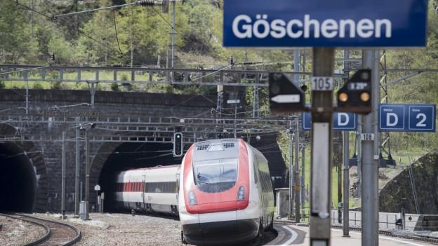 Zug fährt ins Gotthardtunnel.