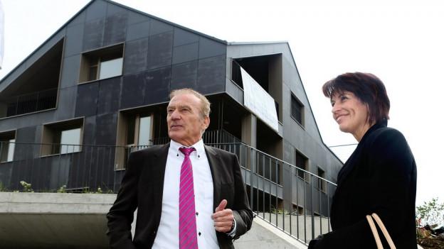 Walter Schmid und Doris Leuthard vor energie-autarkem Haus