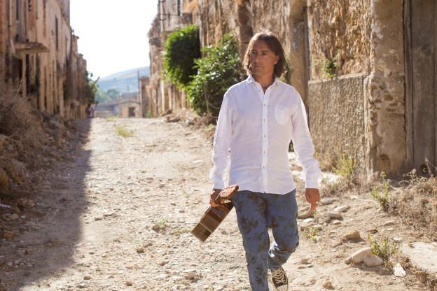 Pippo Pollina spaziert mit Gitarre